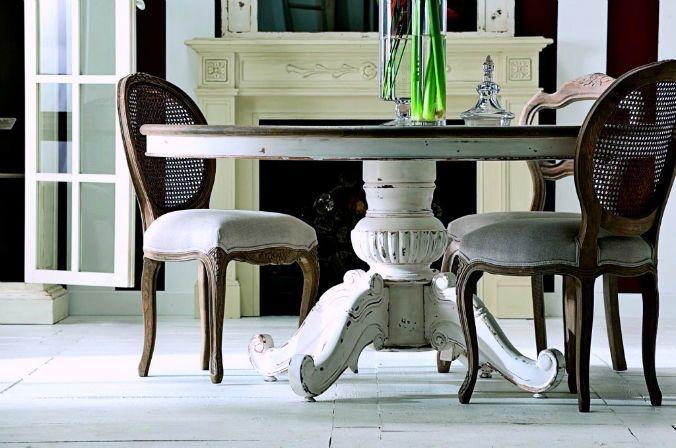 mesa redonda de madera con pie central