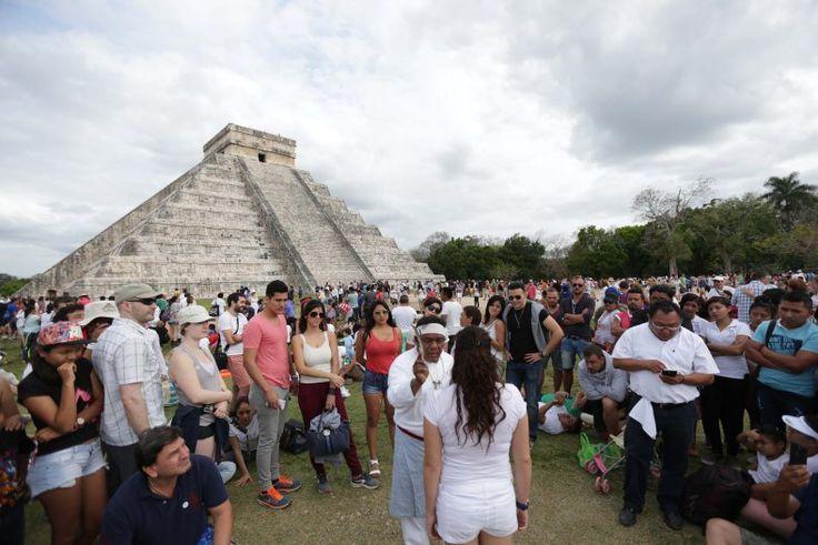 Chichén Itzá (en maya: Chichén Itzá Boca-del-pozo (chichén) de los brujos-de-agua (Itzá) es uno de los principales sitios arqueológicos de la península de Yucatán en México ubicado en el municipio de Tinum en el estado de Yucatán.  Vestigio importante y renombrado de la civilización maya las edificaciones principales que ahí perduran corresponden a la época de la declinación de la propia cultura maya denominada por los arqueólogos como el período posclásico.  La arquitectura monumental que…