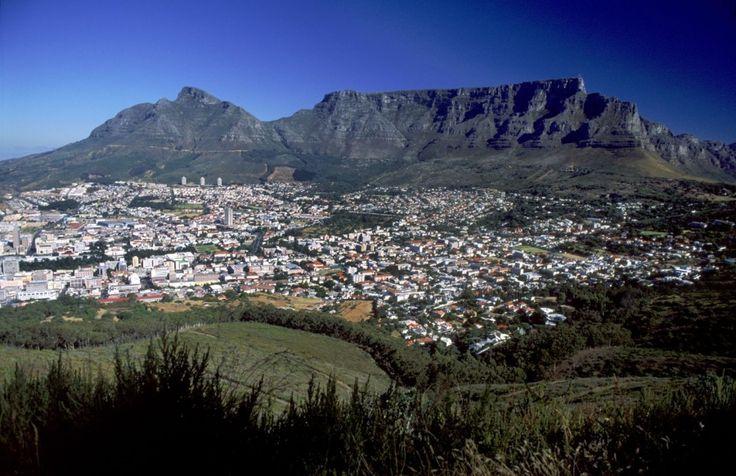 Su Città del Capo, nella punta meridionale dell'Africa, sovrasta la spettacolare Table Mountain, la montagna piatta lunga circa tre chilometri.