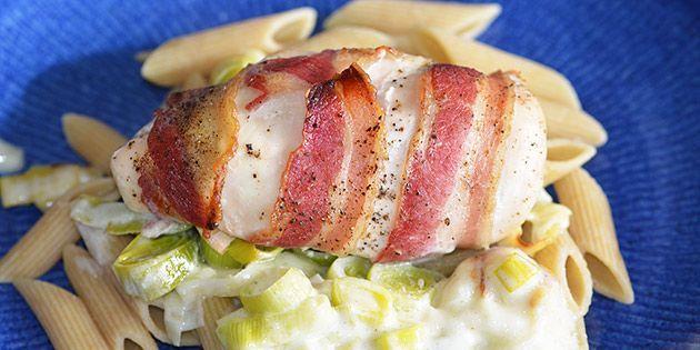 Kylling i fad med porre og bacon