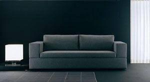 Slaapbank Jaco. Niet iedere slaapbank is door een echte ontwerper gemaakt. Maar deze (Pietro Arosio) beslist wel! En dat is goed te zien. Absoluut een van onze mooiste modellen. U kunt er normaal op zitten, maar als u de rugleuning wegklapt, heeft u een veel diepere loungebank. En als u de rugkussens een kwartslag draait, kunt u er ook heerlijk dwars op zitten.