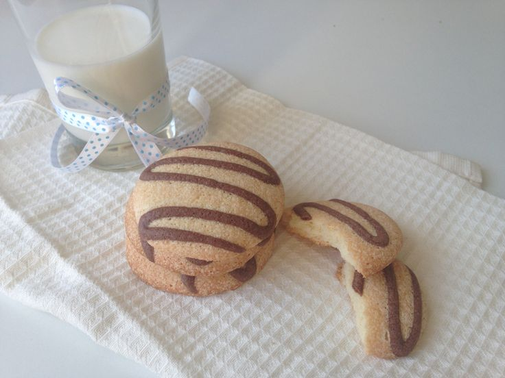 Легкое и ароматное, мягкое и слегка хрустящее, нежное бисквитное печенье :)Рецепт настолько легкий, что даже у самых начинающих кулинаров все получится при соблюдении пропорций и последовательност…