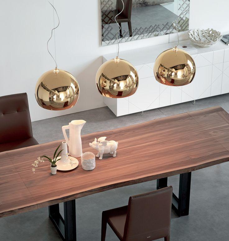 """Mit der cattelan italia Pendelleuchte """"Calimero"""" kommt italienisches Lichtdesign in Ihre vier Wände! Die runde, goldene Lampe im modernen Design harmoniert mit vielen Einrichtungsstilen und sieht auch über rustikalen Holzesstischen edel...  Lampen - 3 Teilig kugelig Tischfüße"""