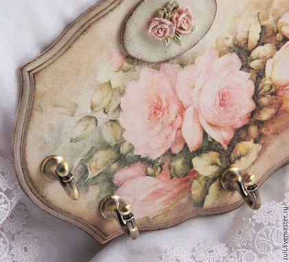 Купить или заказать Ключница-панно 'Нежность розы' в интернет-магазине на Ярмарке Мастеров. Нежная ключница/вешалка для чего нибудь, хоть для ключиков, или для полотенец, даже детские вещи можно повесить. Выполнена в технике декупаж, декорирована винтажными крючками, накладными эффектными элементами. Задействованы нежнейшие цвета и оттенки - нежно-зеленый, розовый, бежевый. Хороша в комплекте с часами с одноименным названием. А здесь Вы можете узнать немного об авторе иллюстраций Sonie…