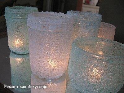 Прекрасные подсвечники из соли  Нам понадобится: стеклянная основа / можно и небольшую обычную банку приспособить для этих целей/, морская соль, пищевой краситель, ПВА, при желании - блестки, краски, лаки с разными эффектами в аэрозолях.