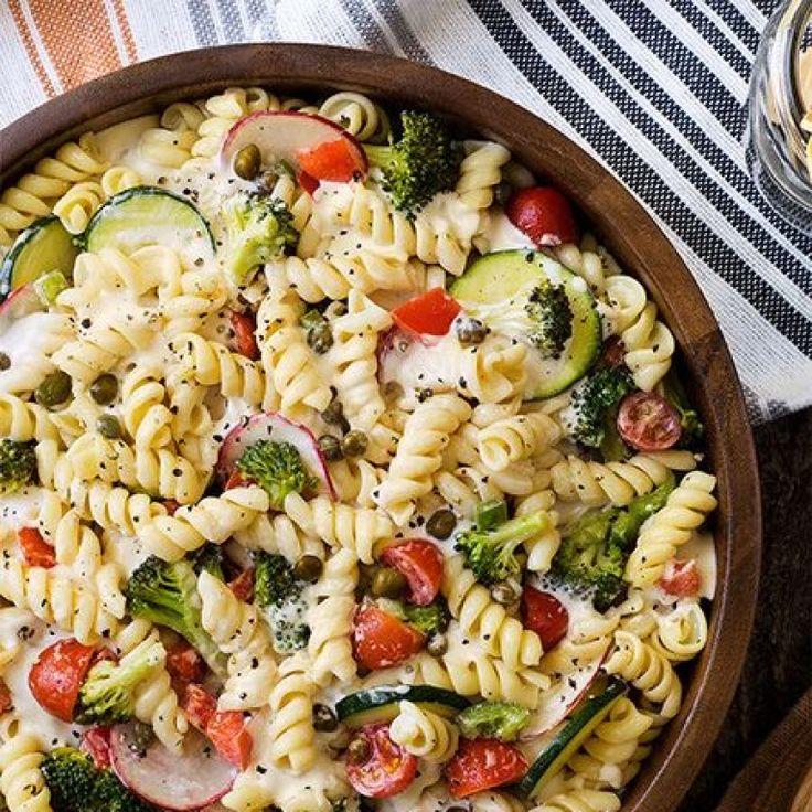 La ensalada de pasta tiene mil y una variantes y por eso nos encanta. De origen italiano, esta receta nos sienta tan bien en los días de picnic, playa o piscina, ¿verdad...