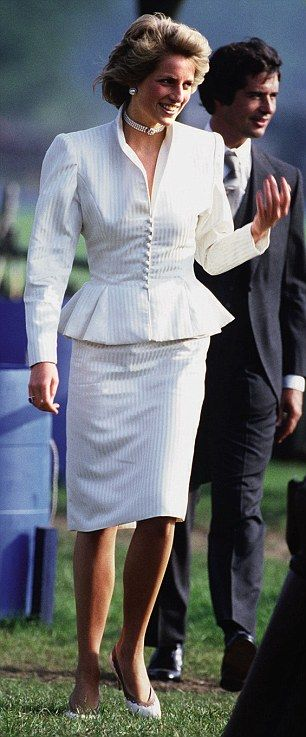 Familiar: Kate's dress is reminiscent of Princess Diana's suit she wore to Ascot in 1986  Read more: http://www.dailymail.co.uk/femail/article-1394680/Kate-Duchess-Cambridge-big-winner-Epsom-new-look.html#ixzz2e9HtBGvJ  Follow us: @MailOnline on Twitter | DailyMail on Facebook
