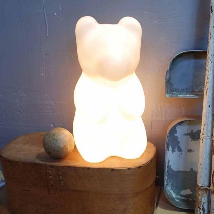 Un petit ourson dans la chambre de bébé ! À croquer !