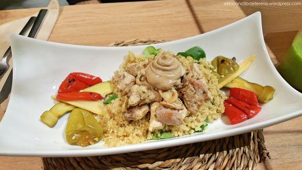 Conejo al limón con verduritas baby y allioli de ajo negro en Chaitea Hausfood. Un delicioso restaurante en Barcelona.