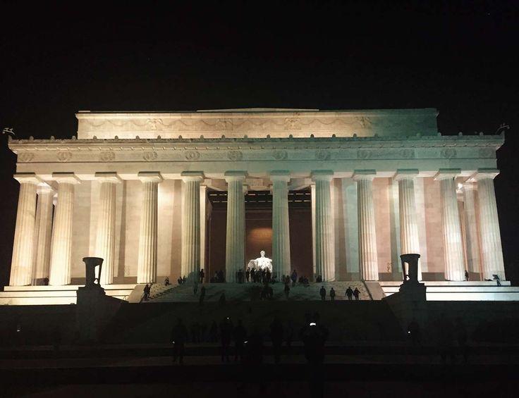 """Escenario de numerosas películas y de momentos legendarios de la historia de Estados Unidos como el discurso de Martin Luther King (""""I Have a Dream""""), el Lincoln Memorial se alza en el National Mall de Washington sólido y majestuoso, como un templo griego, albergando la estatua XXL del 'padre de la patria'."""