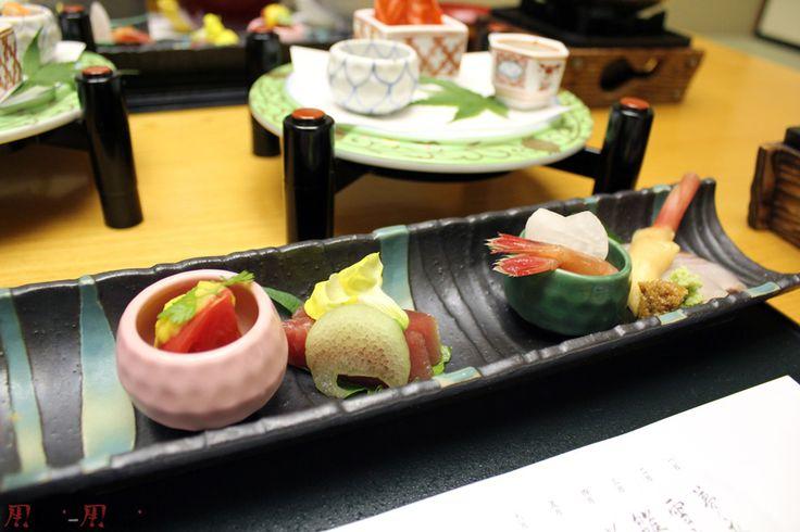Le Kaiseki ou Kaiseki ryōri (懐石料理) est un type de cuisine traditionnelle japonaise, issu du shintoisme.    Les Kanji de Kaiseki ryōri (懐 : poitrine / 石 : pierre / 料理 : cuisine) sont composés ainsi, car avant les moines plaçaient des pierres sur leurs poitrines, durant leurs période de jeûne, pour se couper la faim.    Qui dit cuisine shintoïste, dit cuisine végétarienne : le Kaiseki était donc  [...] Lire la suite sur : http://www.m0shi-m0shi.com/articles/Cuisine/24/cuisine-kaiseki-懐石.html