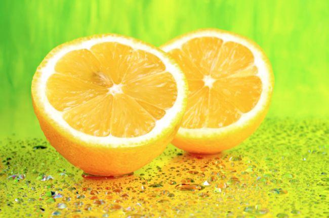 Sabahları sıcak suyuna kahve yerine biraz limon suyu eklemenin ne kadar sağlıklı bir alışkanlık olacağını biliyor muydun? Sabahları çoğu insan için sıcak bir kahve içerek güne berrak bir zihinle başlamak vazgeçilmezdir. Ama limonlu su sana bundan çok daha fazlasını sunabilir. Hem kısa vadede hem de uzun vadedesabahları sıcak suya limon suyu karıştırarak içmek, insana çok…