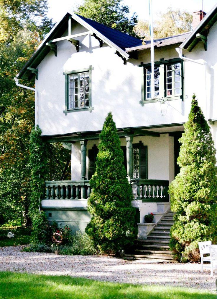 EN PRAKTFULL SEKELSKIFTESDRÖM | Det är ett imponerande hus, byggt 1903 av löjtnant Hjalmar Mörner från Malmö. Stort, tungt och högt med långsmala fönster, fin spröjs och gröna fönsterluckor. Balkongerna har utskurna drakar och verandan pryds av kolonner. Villa Augusta är en praktfull skönhet som bara fått en mycket försiktig uppsnyggning de senaste hundra åren. Till och med jugendmöblerna är original i familjen Montis sommarhus.