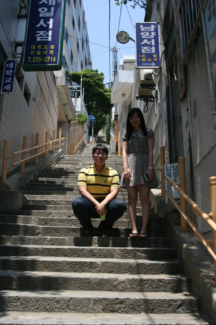 부산 여행 당시 보수동 헌책방 골목에서 친구 희진과 함께.    @ 2012.5.27 부산 보수동 헌책방골목