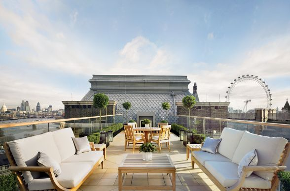 With the exterior of an old British Victorian, this beautiful London hotel is all modern-day luxury inside. While not a traditional rooftop bar per se, we wouldn't mind knocking back a few with these gorgeous views!
