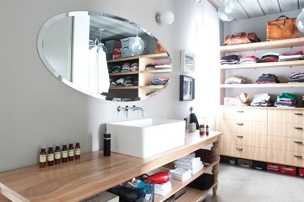 Espejos para renovar tu baño - Un formato de espejo ovalado acompaña la longitud de este antebaño amplio y luminoso
