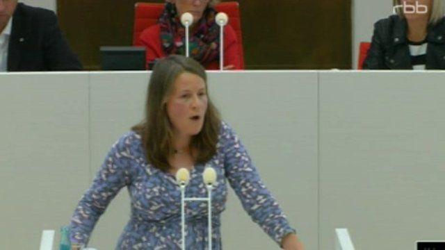 """Sabine Niels (Bündnis 90/Die Grünen) ist empört über den Gesetzentwurf zum Jugendarrest. Dieser übernehme """"durch die kalte Küche"""" die Änderung des """"Psychisch Krankengesetzes"""" (PsychKG). Die Möglichkeit der Folter werde fortgeschrieben, obwohl der Abgeordnete Kuhnert (SPD) noch auf die UN-Kinderrechtskonvention hingewiesen habe. Sie fragt die Linksfraktion, warum sie im Bundeswahlkampf """"vollkommen zu recht"""" ein Verbot der ..."""