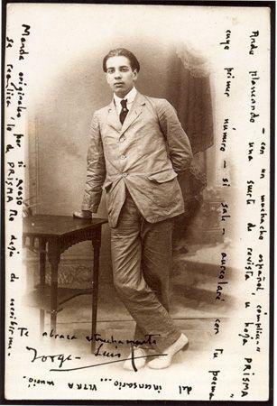 """""""Anverso [...] de la tarjeta postal enviada por Borges a [Jacobo] Sureda en octubre de 1921, desde Buenos Aires a Leysin (Suiza). El retrato del anverso, que Borges califica de 'estudio en pliegues', fue realizado en junio de 1919 en Mallorca, y se conocen otras 2 copias que Borges envió a Guillermo de Torre y a Roberto Godel [...]"""" La transcripción de la misiva que Borges le envió a Sureda, escrita de manera manuscrita en el anverso y reverso de la tarjeta postal, dice a la letra: """"¡Salve…"""
