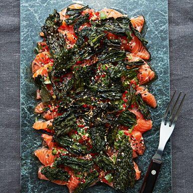 Recept: Laxsashimi med sesamdressing och svartkålschips