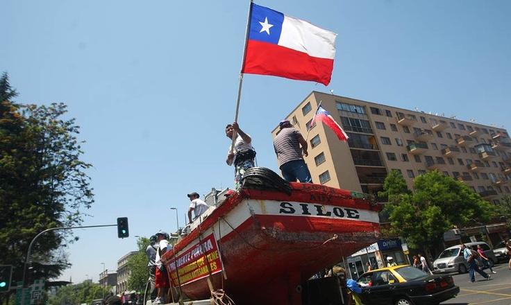 """Lancha de pescadores artesanales """"marchó"""" en la Alameda #santiago"""