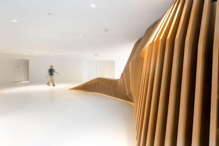 holztreppe innen holzstruktur design weiss indirekte beleuchtung #innendesign #interior #design