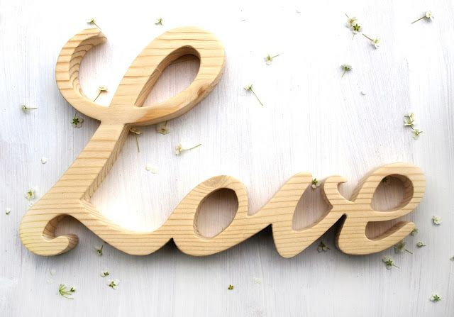 stylowy napis drewniany love, wykonany z litego drewna modrzewia, napis 3D, stoi samodzielnie, można go powiesić na ścianie, dekoracja