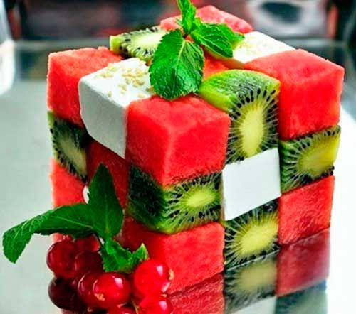 Смородины фруктовые и овощные салаты можно заправлять сметаной или сгущенным
