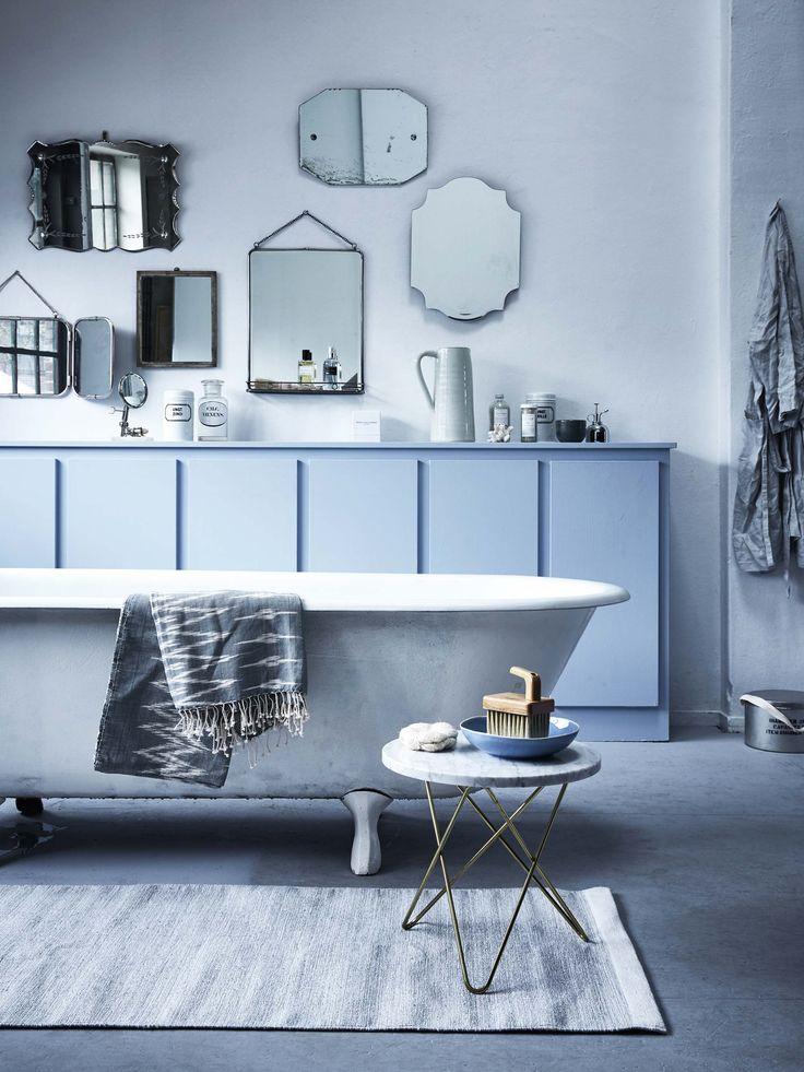 Blauwe badkamer met spiegels | Blue bathroom with mirrors | Bron: vtwonen 5 2016 | Fotografie Alexander van Berge | Styling Cleo Scheulderman
