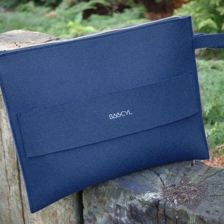 "Handmade item.  Colour: navy - dark blue Materials: felt, silver zipper   width:  33 cm,  height: 25 cm  Torebka ""wizytówka"": Materiał: filc wełniany Kolor: granatowy"