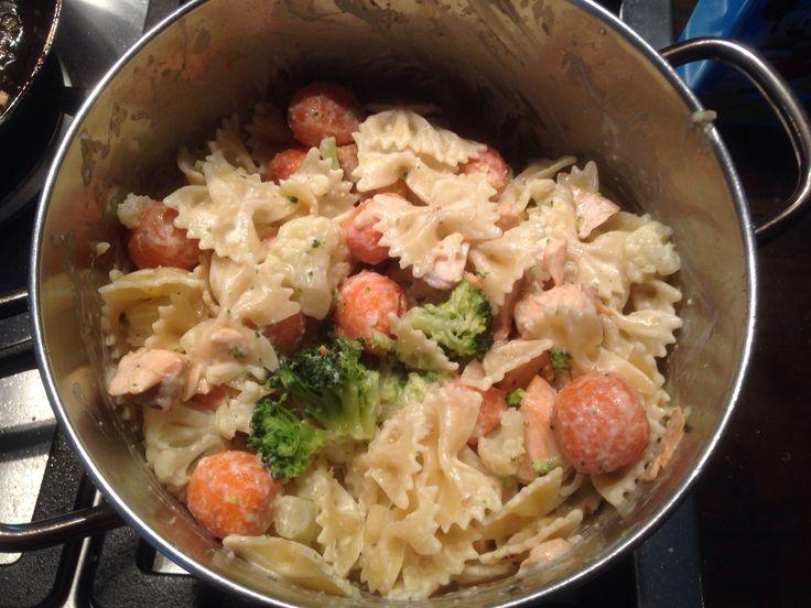 Bloemkool, broccoli en worteltjes  Met pasta en gebakken zalmfilet. Alles koken en bakken, als laatst een lepel kook Boursin  Makkelijk en erg lekker