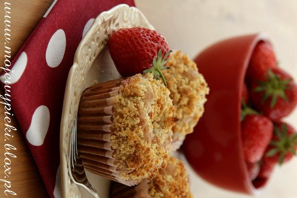 Muffins with strawberries and almond crumble