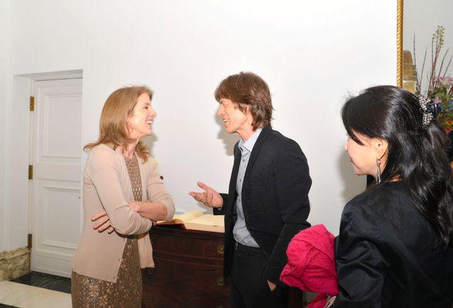 キャロライン・ケネディ駐日米国大使(左)と談笑するミック・ジャガー=在日米国大使館提供