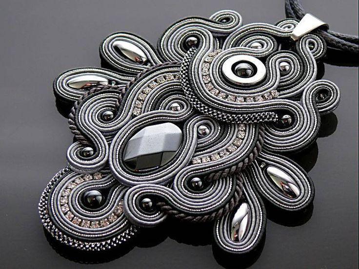 Colgante soutache hermoso, impresionante, hecho de cadenas de soutache con granos del hematites y vidrio. Longitud total: 4,2 pulgadas. Longitud de cadena: 24,8 pulgadas Color: gris, plata y grafito.