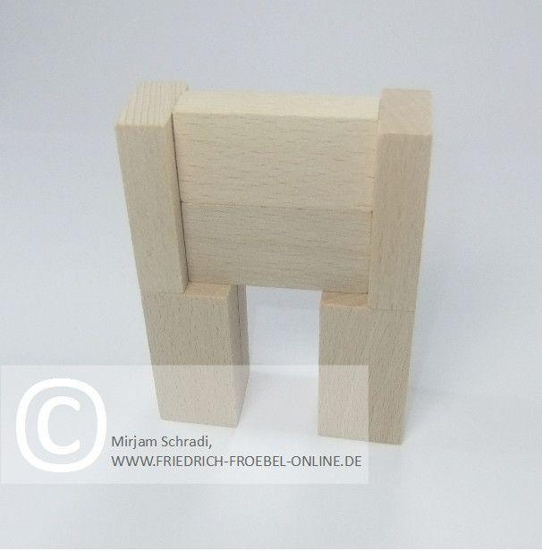 Fernseher/ Bildschirm aus Holzbausteinen natur mit Spielgaben nach Froebel (Spielgabe 4)
