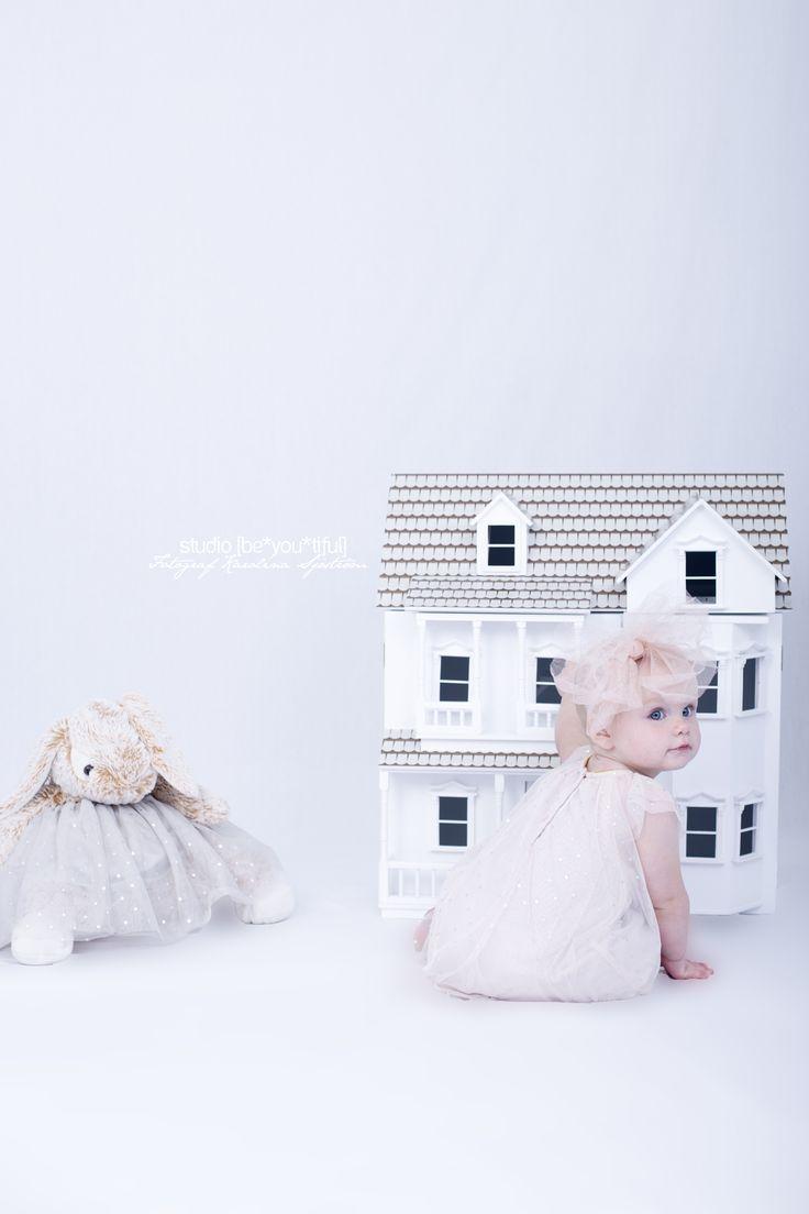 Babyphoto, barnfotografering, vitt, rekvisita, dockhus, nalle, flicka, photography, Photo by Karolina Sjöström, porträtt, portrait, toddler, småbarn.