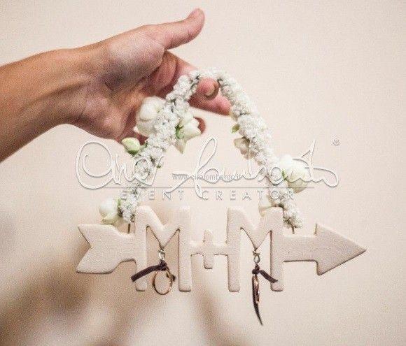 Particolare portafedi personalizzato con le iniziali degli sposi e un augurio di amore infinito. | Cira Lombardo Wedding Planner