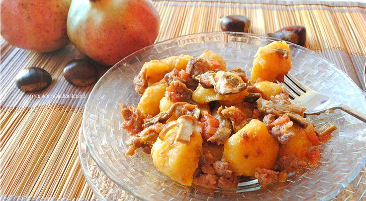 Gli gnocchi di zucca morbidi sono un primo piatto autunnale semplice e gustoso. Il condimento con funghi e salsiccia ne esalta piacevolmente il gusto.