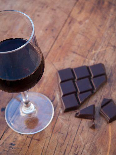 """ワインとチョコレートは、新しく注目されている""""サートフード""""と呼ばれる食べ物。これらの食べ物は、サーチュイン遺伝子の活動を高め、脂肪を燃やす力をコントロールするタンパク質が、炎症の鎮静化をしながら筋肉をも作ってくれるのだそう。そして、心臓や脳、骨の健康を守り、がんの成長を抑えることも期待されている。サートフードはほかに、エクストラバージンオリーブオイル、赤玉ねぎ、パセリ、ルッコラ、タイのバーズアイ唐辛子、ケール、いちご、ケイパー、セロリ、豆腐、紫チコリ、ココア、緑茶、ナツメヤシ、そば、ターメリック、くるみ、ラベージ(セリ科のハーブ)、コーヒーなども。"""