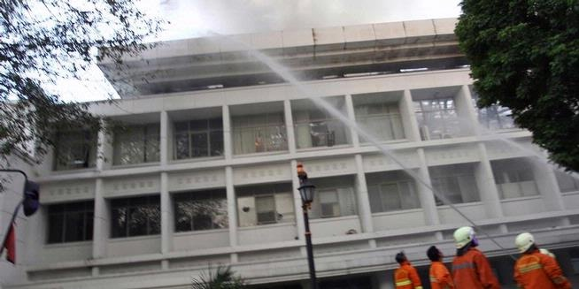 Petugas Pemadam Kebakaran berusaha memadamkan api yang membakar Gedung Sekretaris Negara di Kompleks Istana Negara, Jakarta Pusat, Kamis (21/3/2013). Puluhan pemadam dikerahkan dan belum diketahui pasti penyebab kebakaran tersebut