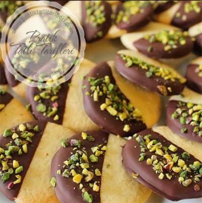 Çikolata kaplı bu kurabiyeler tamda damak zevkinize göre. Ayriyeten çikolatalı olunca çocuklarında çok beğendiği bir kurabiye çeşididir. Sizlerde b..
