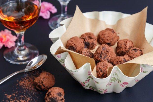 Domácí čokoládové bonbony jsou nepřekonatelné. A vyrobit je není tak těžké, jak by se vám mohlo na první pohled zdát. S naším návodem to hravě zvládnete a servírovat je pak můžete v krásné formě s dekorem růží.