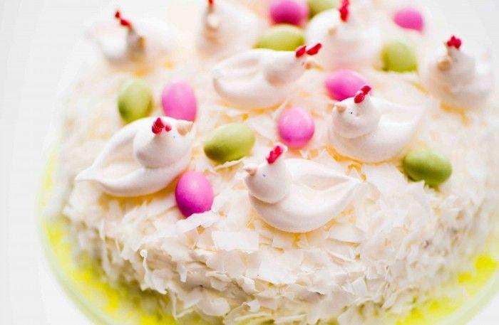 Recet på kokostårta med passionsfruktscurd. Det går utmärkt att göra tårtan en dag i förväg. Bred på grädde och dekorera med kokos samma dag.