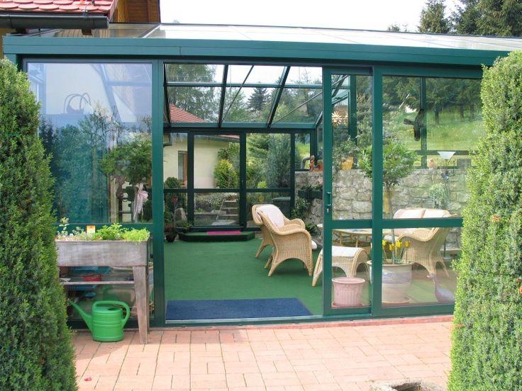 Zimní zahrady jsou stále žádanější pro možnost rozšíření obytného prostoru především rodinných domů. Jsou ideálním spojením obytného prostoru se zahradou nebo jako kryté vstupní prostory před vchodové dveře. Často jsou zimní zahrady využívány pro překrytí rodinných bazénů. http://www.hzb.cz/menu-hlavicka/zimni-zahrady/