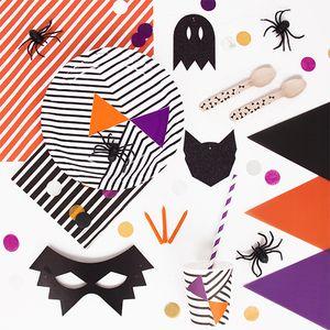 Un super kit d'anniversaire Halloween avec de la vaisselle jetable, des assiettes, des gobelets, des sets et des couverts... Il contient du orange, du noir, du violet, des araignées et des monstres... Tout pour passer une soirée effrayante ou un anniversaire sur le thème de la famille Adams ATTENTION : Les produits ont été sélectionnés par défaut, les quantités peuvent être modifiées.