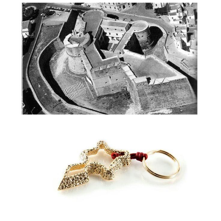 C'era una volta... #Otranto #castelloaragonese #keyoftheeast #collection #portachiavi #robertarisoloartjewels #uniquejewels #art #hystory #design #architecture #castle #jewels  www.robertarisolo.it/portachiavi/portachiavi-castello-aragonese-otranto