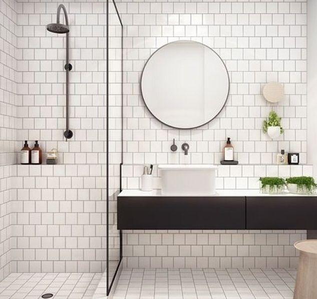 """Très bonne idée d'ajouter de l'épaisseur à la partie basse du mur afin de créer un """"espace"""" de rangmt, notmt pr la partie douche à l'italienne!"""