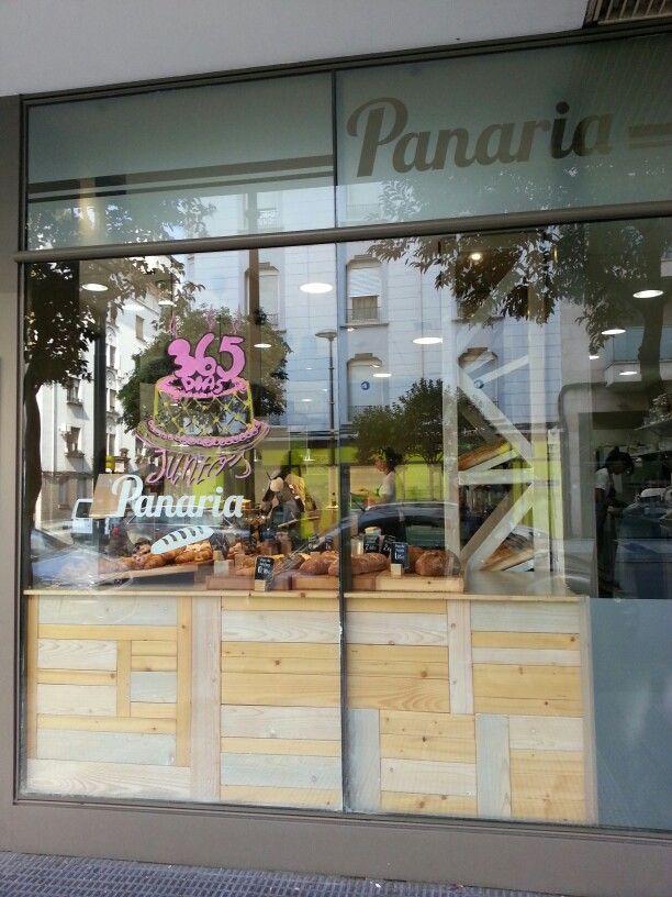 Panaria.  Muy agradable sitio para un coffee con estupendas pastitas y  panes. No apto para dietas!  Calle Bretón esquina Cortes de  Aragón