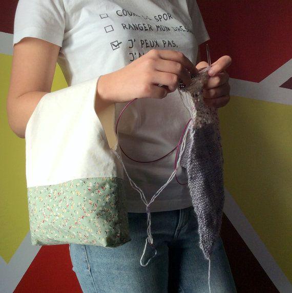 Sac nomade pour le tricot Qu'est ce qu'un sac nomade ? Il s'agit d'un sac vous permettant de tricoter ou crocheter là où vous le souhaitez sans vous soucier de votre pelote qui restera bien rangée dans le sac. Knitting bag - knot bag - Project bag