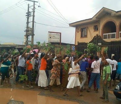 Women in Ikorodu town in Lagos state yesterday staged a peaceful protest to PHCN office in Igbogbo Ikorodu were they called on the PHCN officials to give them electricity as the total darkness they have experienced for some months have helped Badoo members carry out their various attacks.  The protesting women drawn from Anibaba street in Ikorodu said if their town had constant supply of power the rate of crime committed by these notorious cult group members would be drastically reduced if…