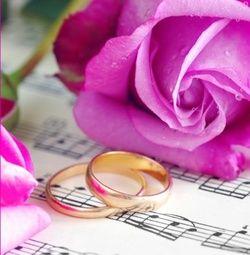 Trouwkaart: Gouden ringen met paarse roos en muzieknoten. Trouwkaarten online maken en bestellen. Prachtige trouwkaarten met ringen: kies een trouwkaart, schrijf de tekst, en vraag een gratis proefdruk op! http://www.trouwpost.nl/trouwkaarten/ringen/